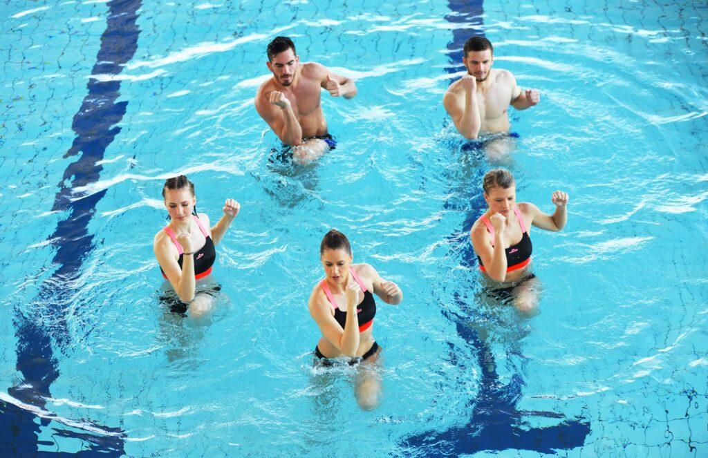 Groupe pratiquant un cours d'Aquadynamic