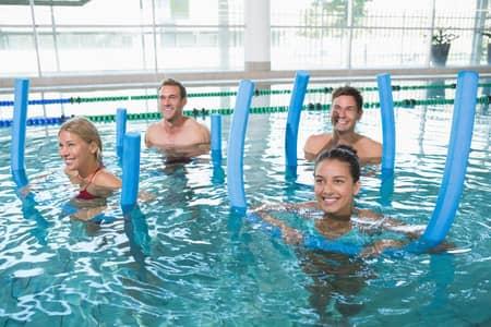 pratiquants aqua gym avec des frites