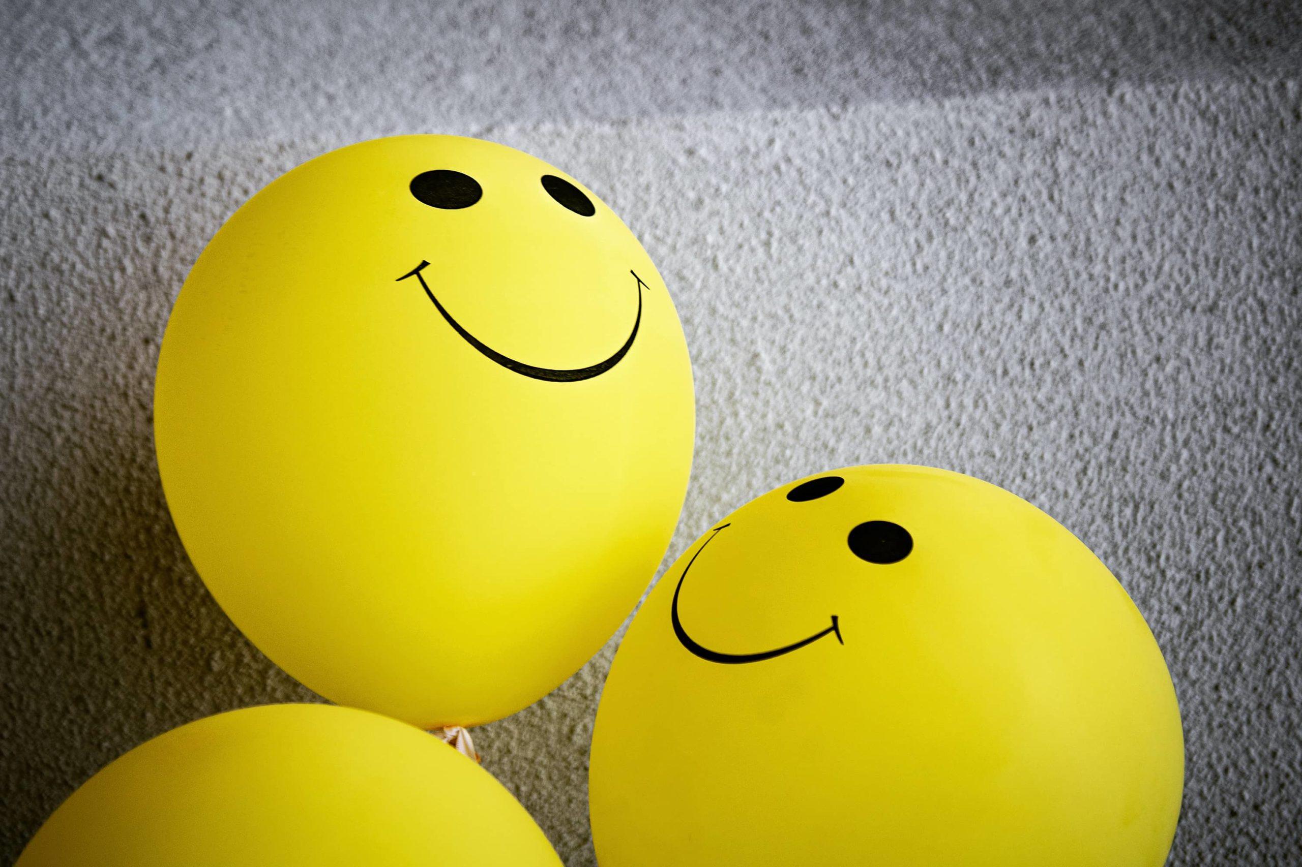 Ballons jaune en forme de smiley souriants
