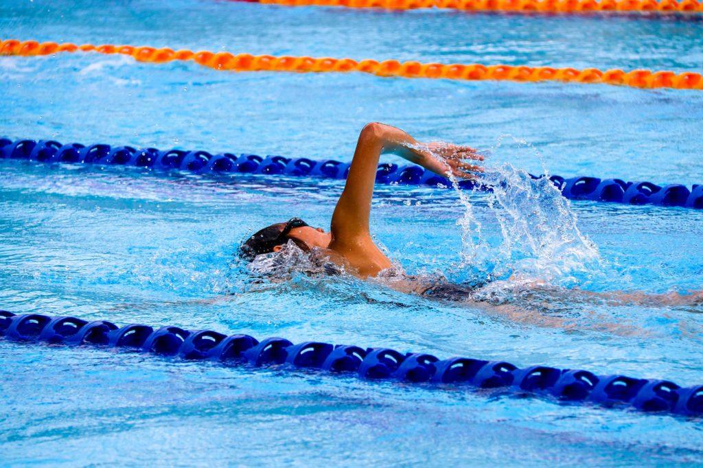 nageuse dans son couloir de nage