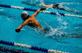 nageur dans son couloir de nage